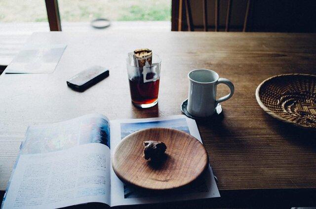 家事や仕事の合間にちょっと休憩。温かい飲み物でリフレッシュ。グラスに差し込む光を見ていると、なんだか心が穏やかになりますよ。