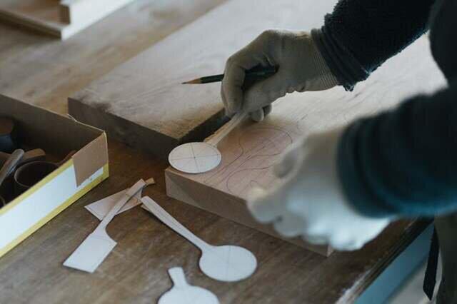 1.材料とする木材の厚みを揃え、木の繊維方向、材料の歩留まりなどを考慮して型を配置し、墨をする。