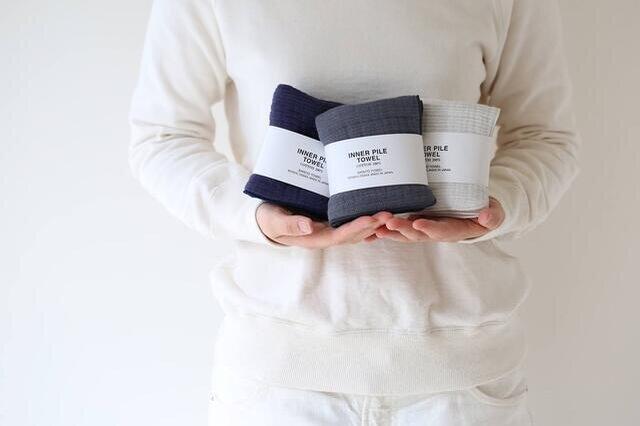ハンカチサイズのミニタオルはバッグに一枚入れておくと、さまざまなシーンで活躍してくれるアイテムです。
