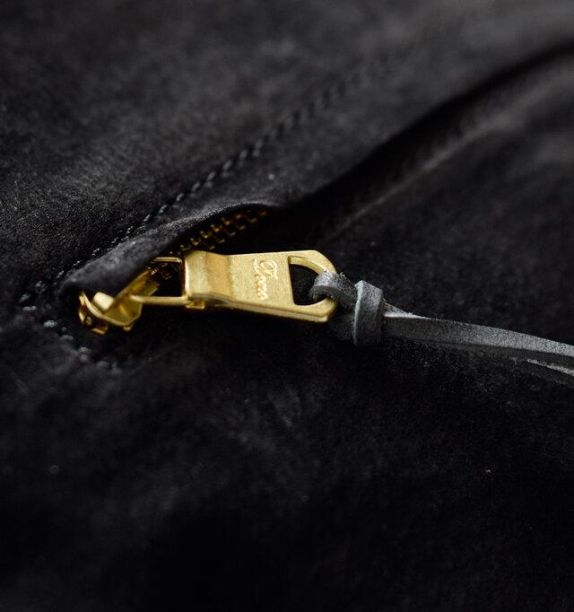 ポケットに使用しているゴールドのジッパーはブランドロゴ入りで、こだわりを感じられるデザインです。
