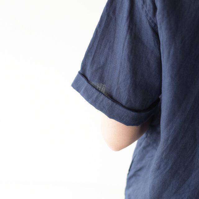 折り返した袖がキュートなポイント。