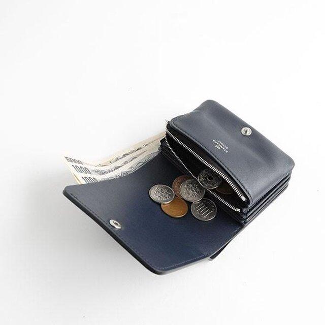 お札もサイドから折り目をつけずに収納ができます。