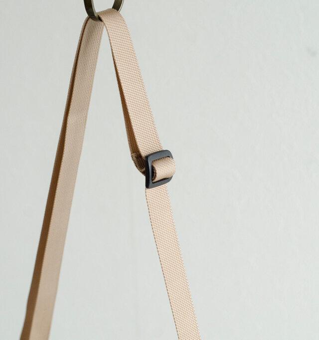ショルダーストラップはアジャスターで、簡単に長さを調節することができます。