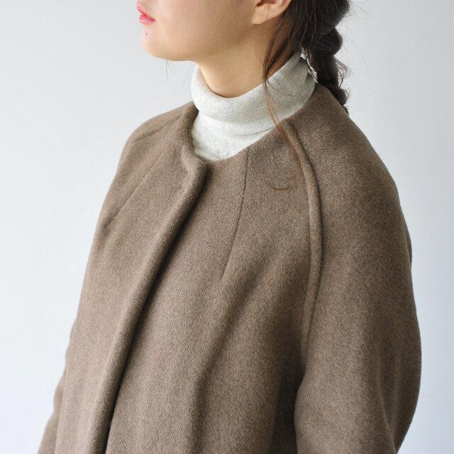コーデを選ばないスマートなノーカラーデザイン。 ネックラインに施されたダーツが女性らしさを惹き立てます。