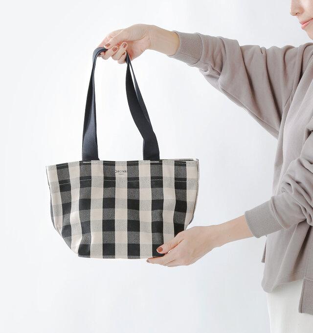 コンパクトなトートバッグとして、使い勝手の良いデザイン。