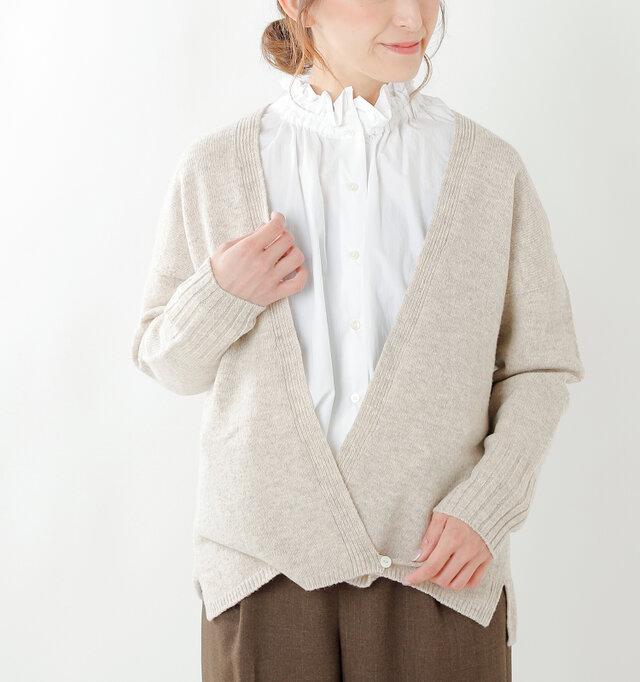 ドロップショルダーデザインで肩のラインが滑らかになり、柔らかく女性らしい印象に。袖は太目のリブ仕様でほんのりカジュアル感をプラス。