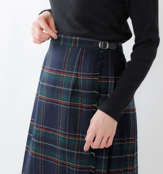 1枚のラップスカートをベルトで留める伝統的なデザイン。 フロントはタイトでスッキリと美しく仕上げています。