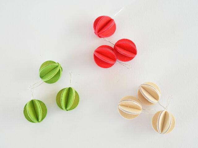 こちらのミニボールは、自分で組み立てて完成します。のりなどの接着剤や、釘やボルトなども使いません。3枚の木の部品と小さなワイヤーを組み立てるだけで完成するのです。