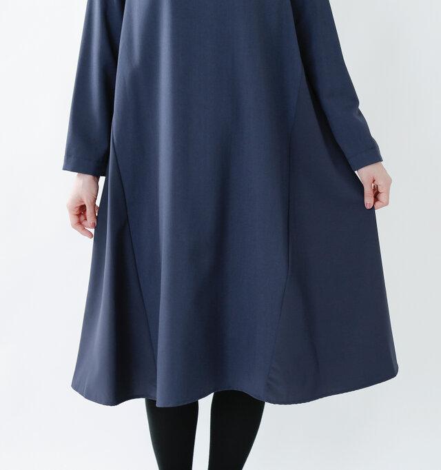 裾に向かって広がりのあるシルエット。裾に向かって緩やかに生まれるドレープがとても上品。