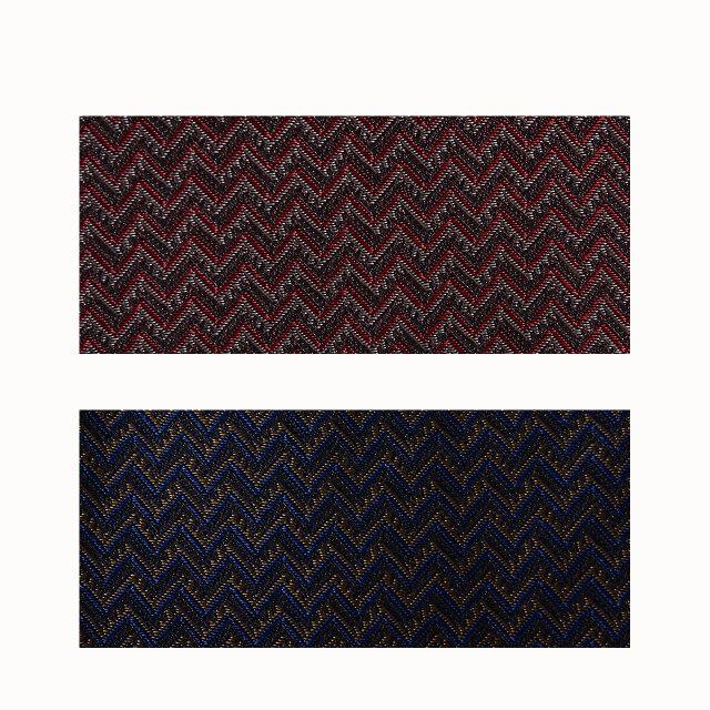 シルクに似た光沢をもつキュプラ素材を使用し、ジャカード織機で編み上げています。 カラーは2種類をご用意。クラシカルな色味と模様が上品にコーデを彩ります。