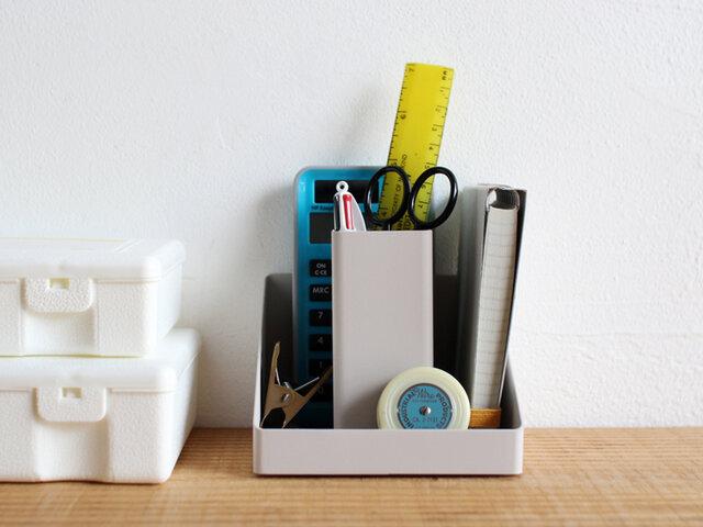 中央のスタンドには筆記具を、周りのスペースにはクリップや付箋などのこまごまとした事務用品をきれいに纏めることができます。