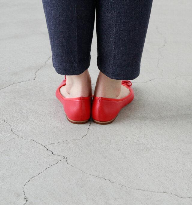 ハンパ丈のパンツやスカートと相性が良いです。足首を見せる事で軽やかな印象を与えてくれます。