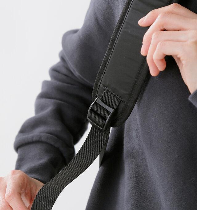 太めのショルダーにはクッション性があり、裏側のボディに当たる部分はメッシュ素材。ムレにくく、通気性に優れながら、肩への負担を軽減します。