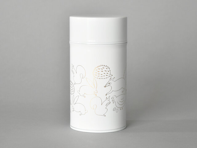 スラッと縦長のスリム缶のMサイズは、コーヒー豆なら約150g入れることができます。 お茶の葉などを入れてもいいですね◎ ホワイト地にゴールドのプリントです。