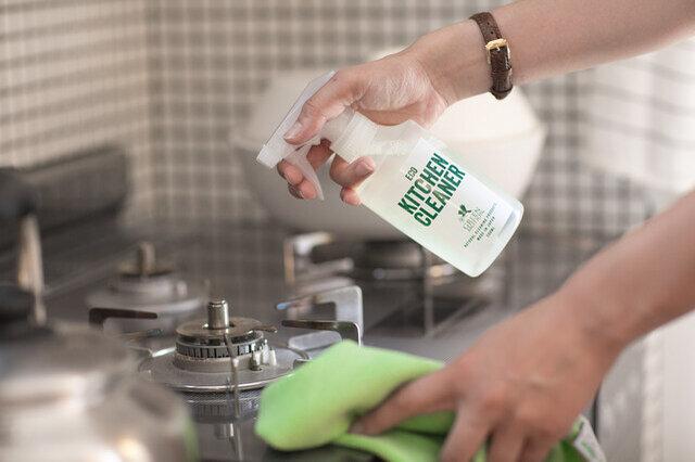 界面活性剤をわずか1%に抑え、98%以上は水でできた台所用クリーナーです。わずかな界面活性剤でも油汚れを細かく分解しながら、落とします