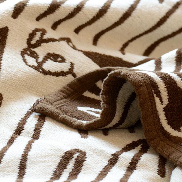 オーガニックコットンのシュニール糸で織られたクリッパンのブランケットは素肌に触れるとやわらかく、赤ちゃんはもちろん大人にもやさしい上質な肌触り。 春と秋の気温差があるときや、冷房で体が冷えがちなときには、高密度に織られたコットンが外気から守ってくれるだけでなく、こもった湿度を呼吸するようにコントロールしてくれるのでとても快適です。