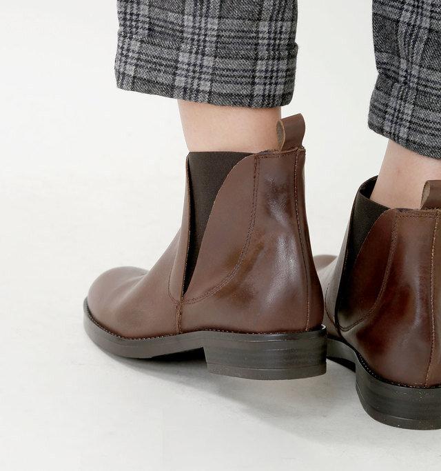ヒールは約3cmの歩きやすい高さで、踵にはレザータブが付いているので履きやすさも◎