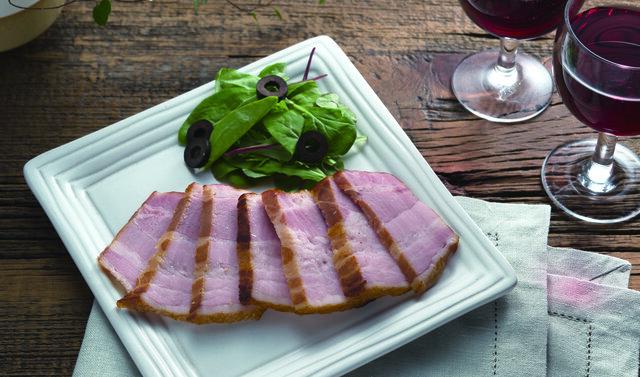 豚バラ肉を薫製すれば、風味ゆたかなベーコンの完成。市販のものとはひと味違う美味しさに舌鼓をうって。