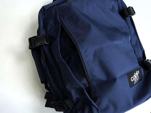 (28L)前面にはジッパーが大きく開く、使いやすいポケットが。 また、左サイドに持ち手があるため、横向きのブリーフケースとして使用できます。 荷物の多い出張時に役立ちそうですね。