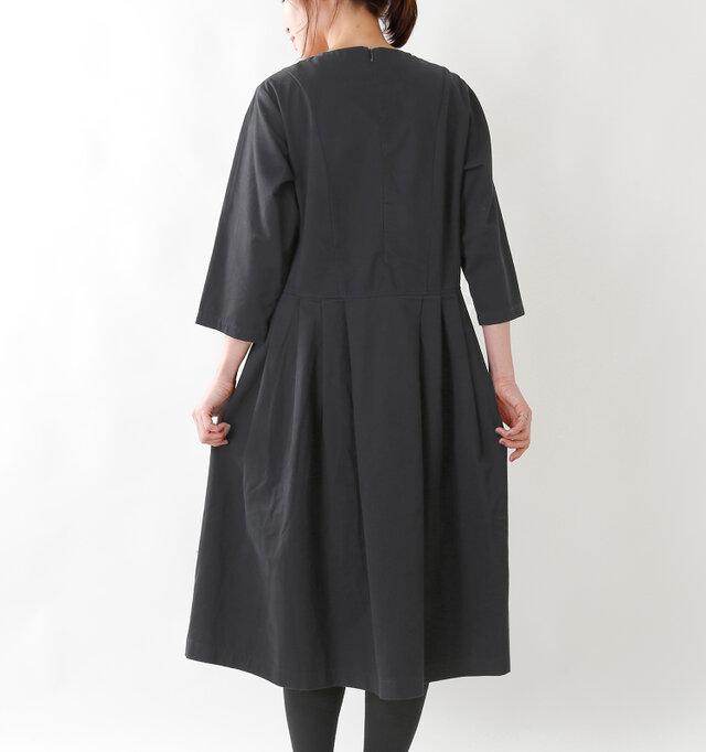 スカート部分にタックをデザインすることでふんわりとしたシルエットをつくりだしています。