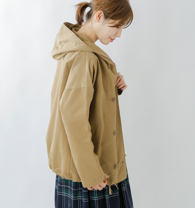 ゆったりとしたドロップショルダーデザインにより肩のラインが華奢になり、野暮ったさはありません。