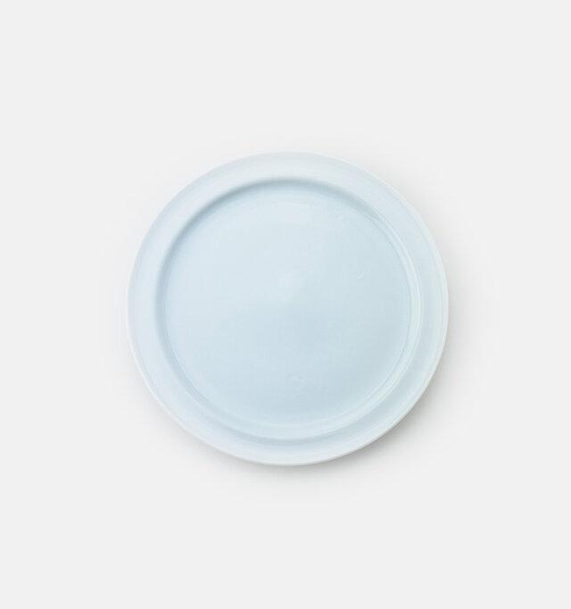 瀬戸で産出される良質な白い粘土の美しさが活かされ、一枚の器の中に光と影のラインが共存しています。