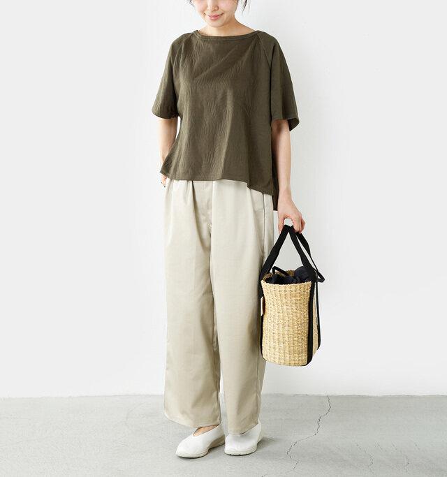 model yama:167cm / 49kg color : khaki / size : 1  たっぷりと生地を使った余裕のある身幅で、首回りのラインもゆったり。ストレスフリーな着心地で一日中リラックスして過ごせます。カジュアルなパンツスタイルにも、さりげなく女性らしさをプラス。コーデを上品にまとめてくれます。