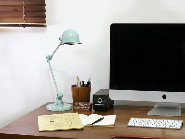 お部屋のどこに置いても、使い勝手の良いサイズ感の定番デスクランプ。  配線のないジョイントデザインで簡単にポジションを変えられ、ランプの回転もスムーズ。作業用のほか、お部屋の間接照明にもぴったりです。  デスク上はもちろん、ベッドサイドやサイドテーブルのそばに置いたり、持ち運んで手元での細かな作業をするのに重宝したり...はたまた、お気に入りのアイテムを際立たせるスポット照明などにも活躍してくれます。