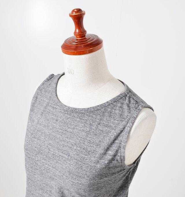 ネックはやや狭まりショルダー部分が太めになっているため、一枚でも綺麗に着られます。