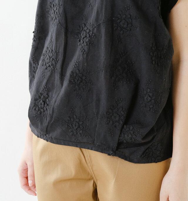 身頃のフロント部分はフラワーレースを施した布帛地。衿ぐり、後ろ身頃はポリエステル混で滑らかさを感じることが出来るカットソー素材。どちらも薄く透けて光を通すさまがニュアンスを感じる素材です。
