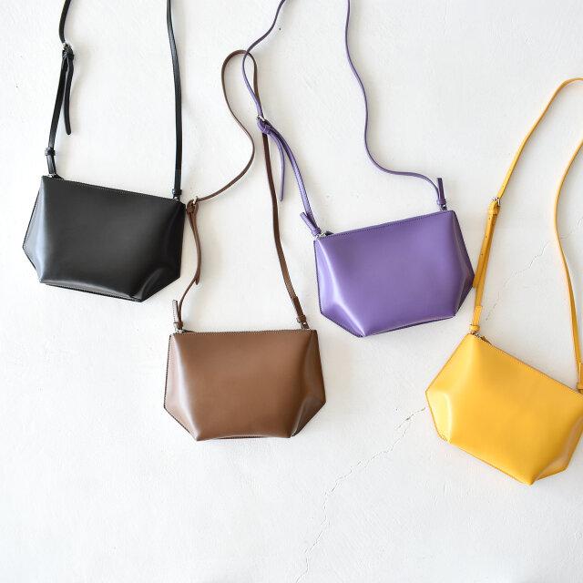 左より、【black】【brown】【purple】【mustard】の4種類をご用意。どんなスタイルにも馴染むシンプルなデザインは、デイリーにはもちろん、旅行時のサブバッグとしても大活躍!長く愛用していただける逸品です。