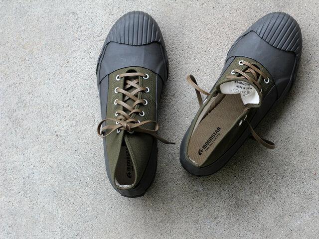 ハイカットのシルエットがかっこいい、キャンバス生地のスニーカー。 ソールがしなやかで柔らかいので、とても歩きやすい一足です。 底部がラバーで覆われているので、雨天時や野外イベントなど、足下の状態が悪い場面でも気兼ねなく履くことができます。