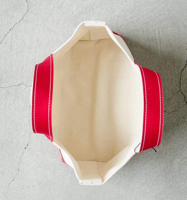中はポケットを設けずとことんシンプルに。スタイルに合わせて自由に使いこなしてください。