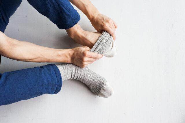 わざわざのオリジナルリネン靴下は、リネンのソックスによくある靴の中でのズレ感を失くすため、足にフィットするような編み方をしています。
