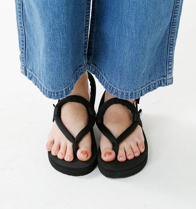 足に優しく沿う自然なフォルム。装飾を省いているのでとても軽い履き心地。