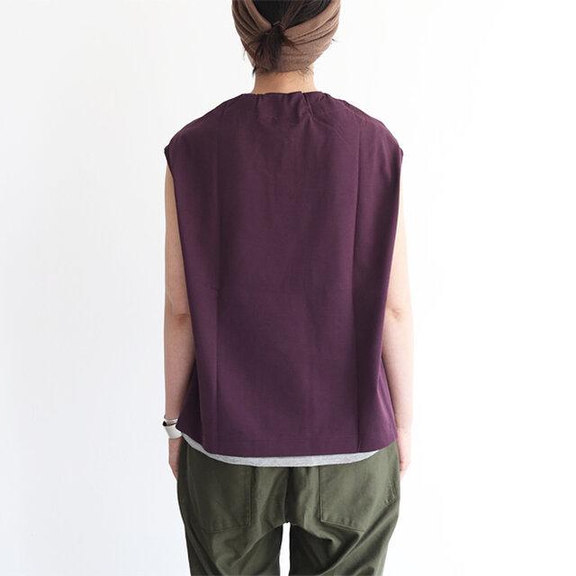 程よい厚さとハリのある生地、適度なワイドシルエットが体型カバーを叶えます。 パンツスタイルにもスカートにも合わせやすい、バランスの良い丈感もこだわりのひとつです。