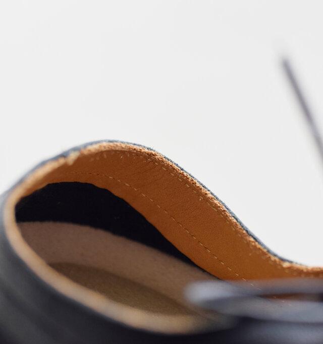 革のナチュラルさをそのまま活かして、ラフさを残した切りっぱなしのデザインがポイントに。