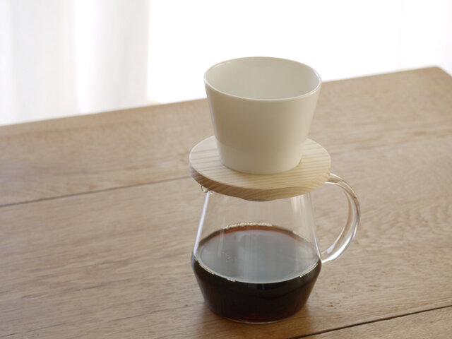ペアでお使いいただける、コーヒーサーバーもご用意しました。職人さんの手で一つずつ丁寧につくられた耐熱ガラス製のコーヒーサーバー。ぜひドリッパー本体と一緒にご利用ください。