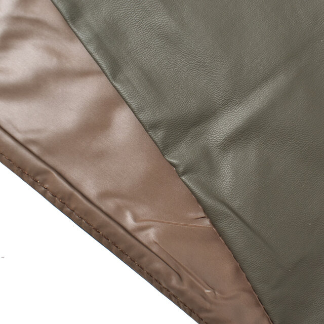 表面はソフトでとっても軽いPUレザーを使用。 裏地はツルっとした質感のポリエステル100%素材を使用しています。