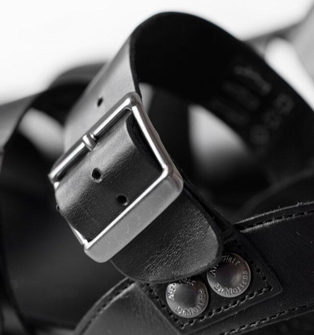アーチ部分のベルト、バックストラップは5段階で調節可能なので、お好みのフィット感で履いて頂けます。