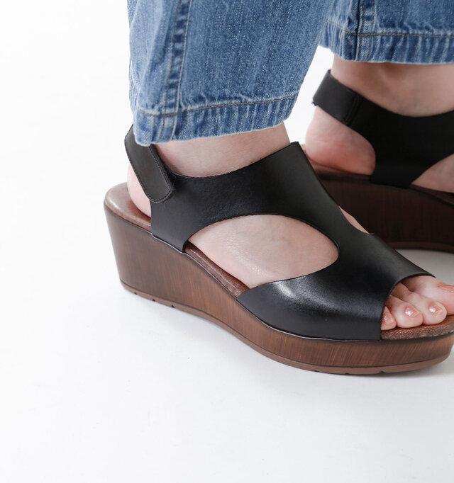 アッパーは柔らかな一枚革を使用し、甲全体をすっぽりと優しく包み込んでくれます。足にピタッとフィットするレザーアッパーが心地よく、快適な履き心地に。