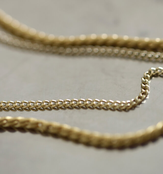 ライトなゴールドカラーの華奢なチェーンが繊細さを演出。異なる2種類のチェーンの組み合わせが魅力です。
