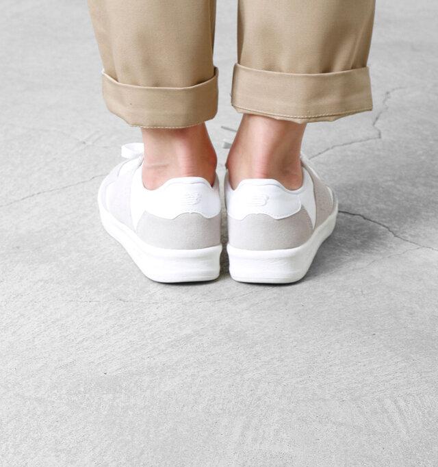 足の形に沿うように作られたかかと部分。かかとに配置されたロゴは刺繍で表現しています。サイドのパンチングやかかとの刺繍等、ロゴの表現方法にもこだわりが感じる事ができます。
