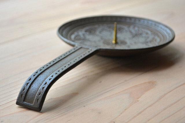 燭台の円周と持ち手には、楔文様が交互に入り、アクセントになっています。 手で持ち歩けるよう柄の付いた燭台は、安定性があり、地震の際にも倒れづらいなど、デザイン性だけでなく使い勝手も申し分ありません。