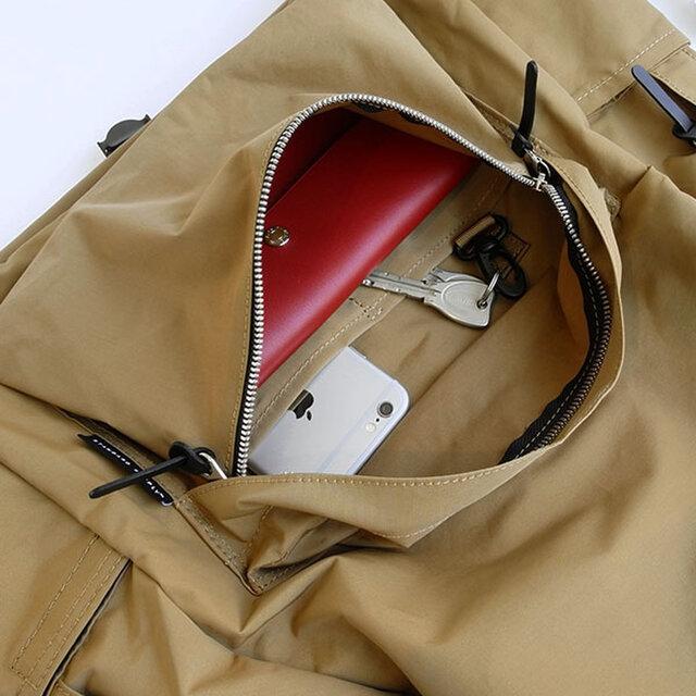外ポケットの中には仕切りとフックパーツが付いていて、ケータイと鍵を分けて収納することができます。長財布や手帳なども入る大きさです。