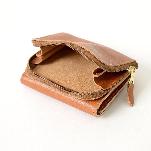 コインポケットは3辺がファスナーで大きく開きます。 お札入れとは別になっているので、硬貨だけを使いたいときもすぐに使えて便利です。