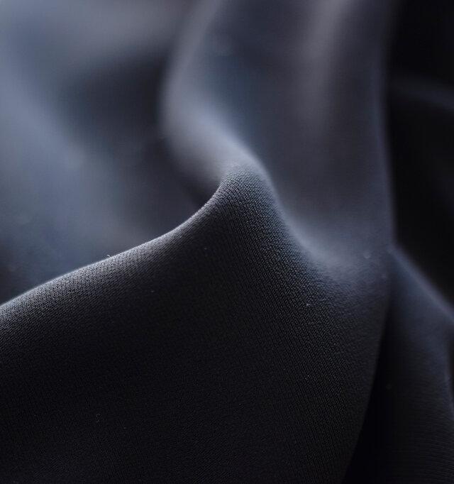 柔らかく、滑らかな表面のとろみ素材を使用しています。軽くてしなやかな生地なので、ストレスなく快適に着て頂けます。シワになりにくいので、アイロンも不要。いつでもきちんと見せられて、オケージョンの時も安心です。
