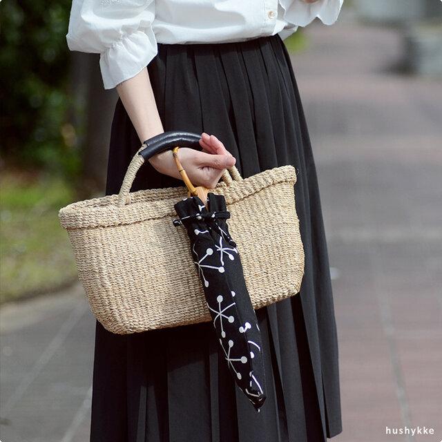 バッグに入れて持ち歩くなら、折りたたみタイプがオススメ。竹の持ち手は輪っかになってるので、腕に通せば電車通勤でつり革を持つとき、スマートフォンを操作するときなど、両手が使えて、とても便利!引っ掛けるタイプのように落とす心配はありません。 持ち手分と石突き部分には、天然の竹を使用しています。たたんだ際には、持ち手の溝にカサの骨がしっかり収納できるなど、細部にまでこだわって作られています。
