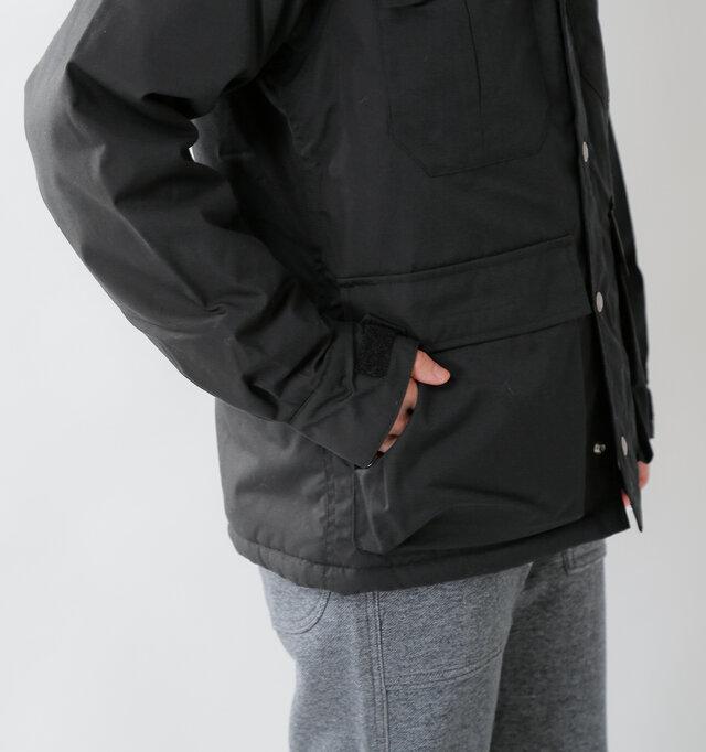 フロントには合計4つのポケットが配された機能性の高いデザイン。ポケットは全てベルクロ仕様で貴重品を持ち歩くのに便利です。下のポケットはサイドからも手を入れることができます◎