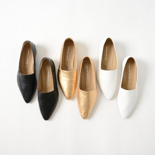 長めの丈のスカートやきれいめなパンツなどボトムスを選ばず合わせやすい、ミニマルな表情で大人の女性を演出してくれる「black(ブラック)」と「white(ホワイト)」。シーズンライクな足元を演出してくれる華やかな「gold(メタリックゴールド)」もオススメ。普段のスタイリングに新鮮なニュアンスをプラスしても◎
